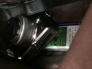 鞄の中に納まる良いサイズ.jpg